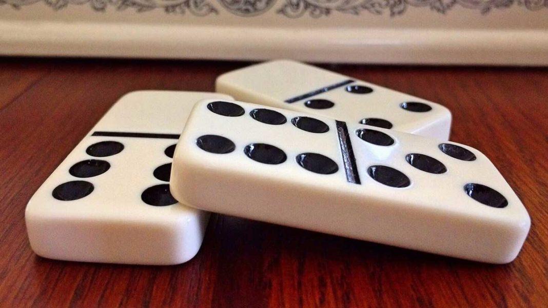 Play Dominoes game online